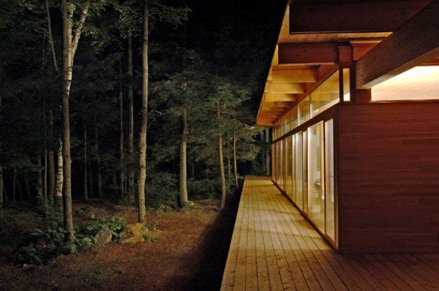 Una casa de madera en el bosque for Casa minimalista bosque