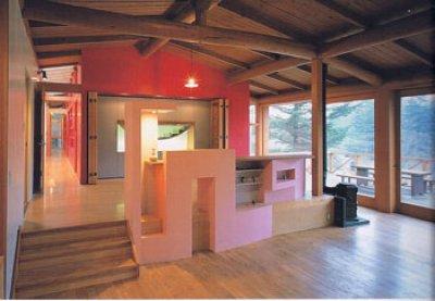Una casa donde los muebles son paredes for Donde se estudia diseno de interiores
