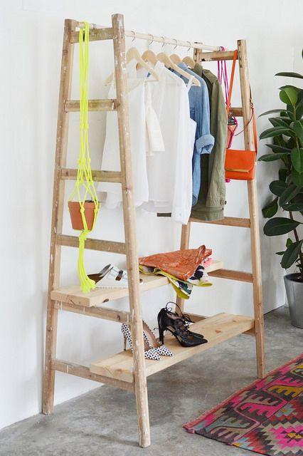 estantera casera hecha con dos borriquetas y un tablero macizo de pino - Estanterias Caseras