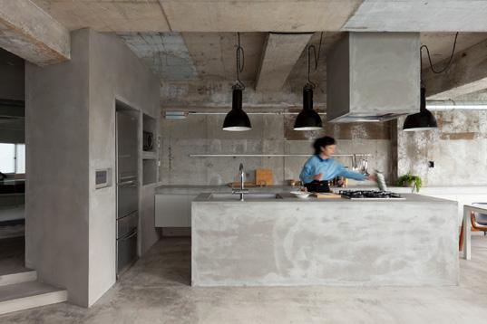 Una casa cuyas terminaciones son de cemento for Casas de cemento