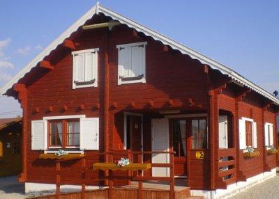 Casa prefabricada de 108m2 de madera pintada en rojo - Casas de madera pintadas ...