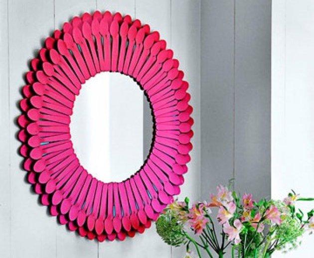 Espejo con cucharillas de plstico recicladas for Como hacer espejos vintage