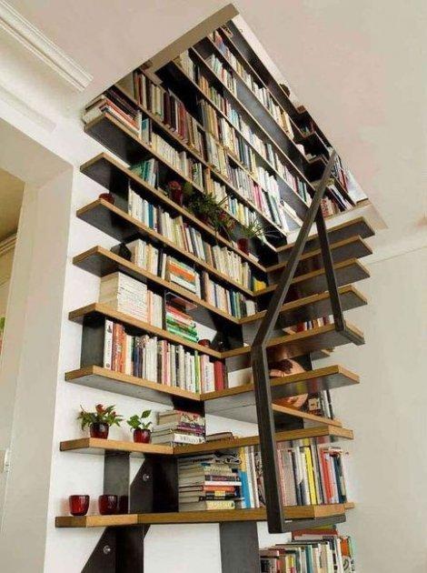 Armarios debajo de las escaleras estanter as en los laterales for Biblioteca debajo de la escalera
