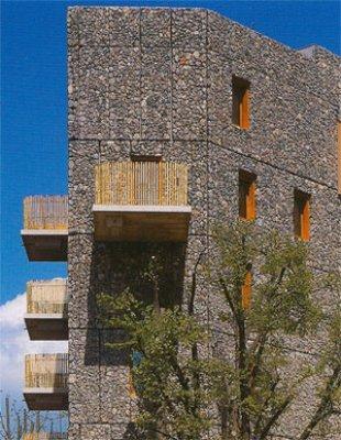 Una curiosa fachada de piedra - Fachada ventilada piedra natural ...