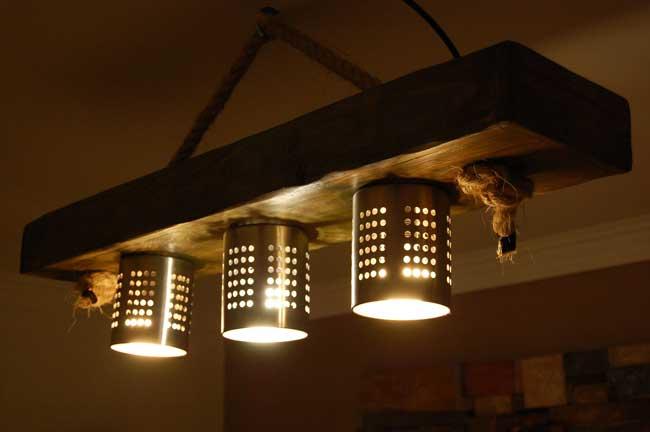 Cómo hacer una lámpara con unos tablones de madera y unos escurridores