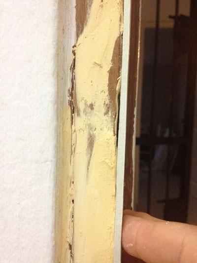 C mo reparar un marco de puerta roto o deteriorado con la - Masilla para reparar madera ...