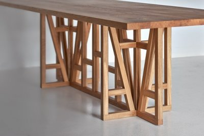 una mesa de madera moderna con una imagen tradicional