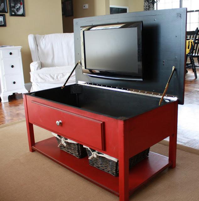 una original mesa que esconde una pantalla plana de televisin