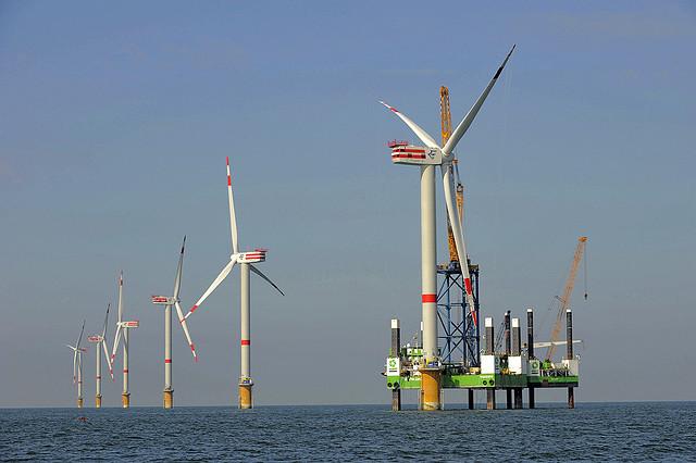 Los grandes molinos de viento en el mar