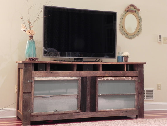 Muebles rústicos con madera natural.