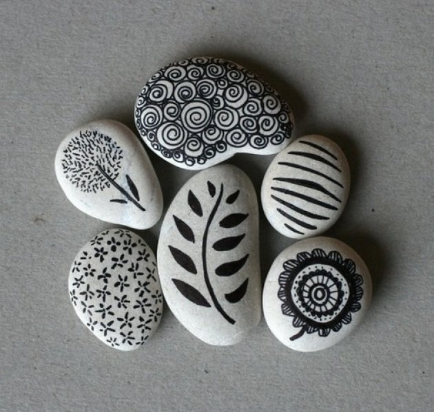 Piedras decoradas y pintadas como adorno de nuestras casas.