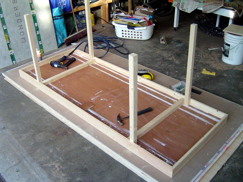 C mo hacer una mesa con una vieja puerta for Como reciclar una mesa de televisor antigua