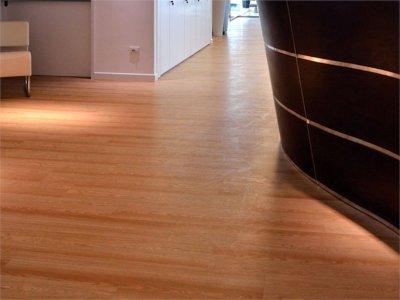 Colocar suelo de vinilo en el ba o o en la cocina for Vinilo adhesivo suelo bano