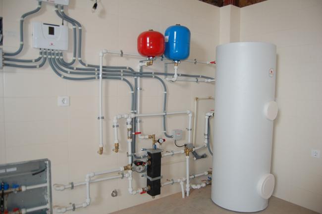 Esquema de instalaci n de un sistema de aerotermia for Calefaccion bomba de calor radiadores